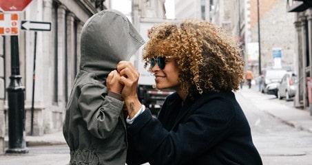 La rentrée scolaire : une maman avec son fils devant l'école